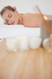 Schöne blonde Entspannung auf Massagetabelle Lizenzfreies Stockbild
