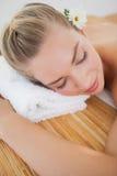 Schöne blonde Entspannung auf Massagetabelle Stockfoto
