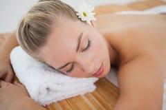 Schöne blonde Entspannung auf Massagetabelle Lizenzfreie Stockfotografie