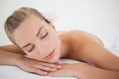 Schöne blonde Entspannung auf Massagetabelle Lizenzfreie Stockbilder