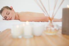Schöne blonde Entspannung auf Massagetabelle Stockbild
