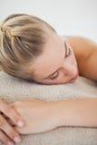 Schöne blonde Entspannung auf Massagetabelle Stockfotografie