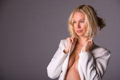 Schöne blonde Frau. Stockfotografie