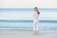 Schöne blonde Frau alleine am Strand Lizenzfreie Stockfotos