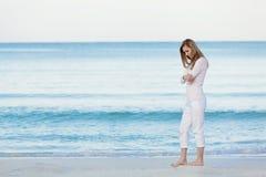 Schöne blonde Frau alleine am Strand Lizenzfreie Stockfotografie