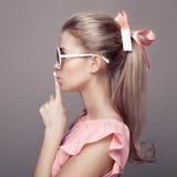 Schöne blonde Frau Art- und Weiseportrait Stockfotos