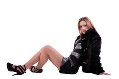 Schöne blonde Frau auf dem Fußboden lizenzfreies stockfoto