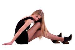 Schöne blonde Frau auf dem Fußboden Lizenzfreie Stockfotos