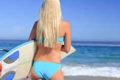 Schöne blonde Frau auf dem Strand Lizenzfreie Stockfotos
