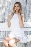 Schöne blonde Frau auf dem Strand Stockbild