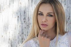 Schöne blonde Frau auf dem Strand Stockfotografie