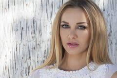 Schöne blonde Frau auf dem Strand Stockbilder