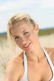 Schöne blonde Frau auf dem Strand Stockfotos
