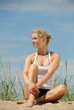 Schöne blonde Frau auf dem Strand Lizenzfreies Stockfoto