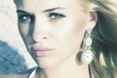 Schöne blonde Frau auf dem Strand. Licht auf dem Gesicht. Sonnenuntergang Lizenzfreie Stockfotografie