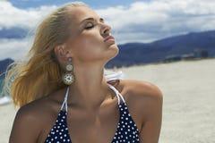 Schöne blonde Frau auf dem Strand Schönheitsmädchen im Bikini Glückliche Familie für Ihr, Stockfoto