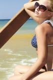 Schöne blonde Frau auf dem Strand. Treppe zum Meer Lizenzfreie Stockfotografie