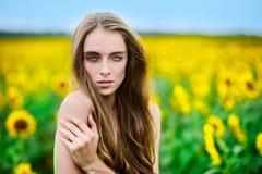 Schöne blonde Frau auf einem Gebiet Stockfotos
