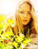 Schöne blonde Frau auf Gras Lizenzfreie Stockfotos