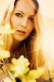 Schöne blonde Frau auf Gras Lizenzfreies Stockfoto