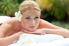 Schöne blonde Frau auf Massagebett Stockbilder