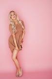 Schöne blonde Frau auf Rosa Stockbilder