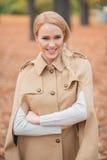 Schöne blonde Frau in Brown Autumn Outfit Lizenzfreies Stockbild