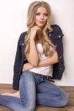 Schöne blonde Frau in den Jeans und in der Jacke Stockbilder