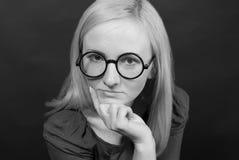 Schöne blonde Frau in den lustigen Gläsern Lizenzfreies Stockbild