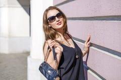 Schöne blonde Frau in den Sonnenbrillen Stockfoto