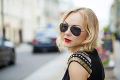 Schöne blonde Frau in den Sonnenbrillen Lizenzfreies Stockbild