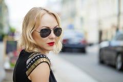 Schöne blonde Frau in den Sonnenbrillen Stockbild