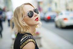 Schöne blonde Frau in den Sonnenbrillen Lizenzfreie Stockfotos