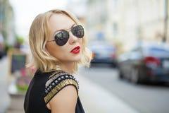 Schöne blonde Frau in den Sonnenbrillen Stockfotos