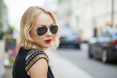 Schöne blonde Frau in den Sonnenbrillen Lizenzfreie Stockbilder