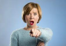 Schöne blonde Frau in der Überraschung und Schock stellen den Ausdruck gegenüber, der Angst und Furcht ausdrückt Lizenzfreies Stockfoto