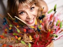 Schöne blonde Frau der blauen Augen mit Blumenstrauß von wilden Blumen Stockfoto