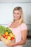 Schöne blonde Frau in der Küche Lizenzfreies Stockfoto