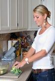 Schöne blonde Frau in der Küche Lizenzfreie Stockfotos