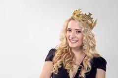 Schöne blonde Frau in der Krone lizenzfreie stockfotografie
