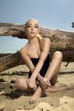 Schöne blonde Frau in der schwarzen Badebekleidung Stockfotos