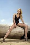 Schöne blonde Frau in der schwarzen Badebekleidung Stockfotografie