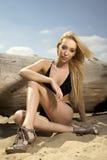 Schöne blonde Frau in der schwarzen Badebekleidung Lizenzfreie Stockfotos
