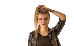 Schöne blonde Frau in der schwarzen Jacke Stockfotos