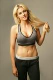 Schöne blonde Frau in der sexy Sportkleidung Lizenzfreie Stockbilder