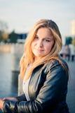Schöne blonde Frau in der Stadt Stockfotos