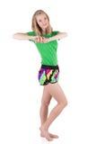 Schöne blonde Frau in der vollen Höhe die Muskeln ihrer Arme und Rückseite aufwärmend Stockbild