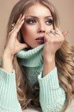 schöne blonde Frau in der warmen Strickjacke Lizenzfreie Stockfotos