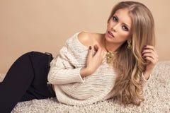 Schöne blonde Frau in der warmen Strickjacke Stockbild
