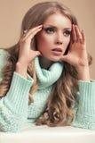 Schöne blonde Frau in der warmen Strickjacke Stockfotos